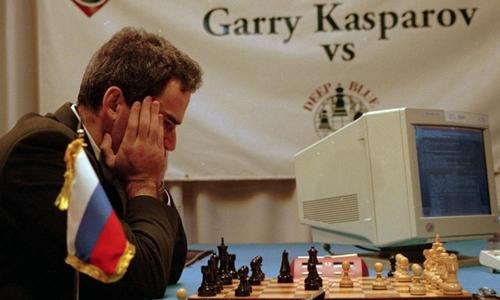 Kiện tướng cờ vua Gary Kasparov so tài với siêu máy tính Deep Blue.
